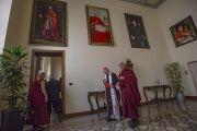Его Святейшество Далай-лама по прибытии на встречу в резиденцию кардинала Милана Анджело Сколы. Милан, Италия. 20 октября 2016 г. Фото: Тензин Чойджор (офис ЕСДЛ)