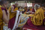 Перед началом учений Тхамтог Ринпоче совершает традиционные подношения Его Святейшеству Далай-ламе. Милан, Италия. 21 октября 2016 г. Фото: Тензин Чойджор (офис ЕСДЛ)