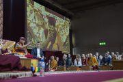 Его Святейшество Далай-лама отвечает на вопросы слушателей в ходе дневной сессии учений по сочинениям Чже Цонкапы. Милан, Италия. 21 октября 2016 г. Фото: Тензин Чойджор (офис ЕСДЛ)