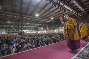 Его Святейшество Далай-лама приветствует более 8, 800 слушателей, поднявшись на сцену конференц-зала выставочного центра «Rho Fiera Milano». Милан, Италия. 21 октября 2016 г. Фото: Тензин Чойджор (офис ЕСДЛ)