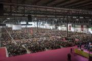 Более 8, 800 слушателей, прибывших в конференц-зал выставочного центра «Rho Fiera Milano» на учения Его Святейшества Далай-ламы. Милан, Италия. 21 октября 2016 г. Фото: Тензин Чойджор (офис ЕСДЛ)