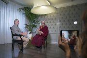 Его Святейшество Далай-лама и его давний друг, журналист Пио Д'Эмилья перед началом интервью для итальянского новостного телеканала «TG 24». Милан, Италия. 21 октября 2016 г. Фото: Тензин Чойджор (офис ЕСДЛ)