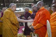 Его Святейшество Далай-лама приветствует буддийских монахов из Шри-Ланки, поднявшись на сцену конференц-зала выставочного центра «Rho Fiera Milano». Милан, Италия. 21 октября 2016 г. Фото: Тензин Чойджор (офис ЕСДЛ)