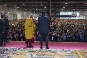 Его Святейшество Далай-лама машет рукой своим почитателям перед дарованием посвящения Авалокитешвары. Милан, Италия. 22 октября 2016 г. Фото: Тензин Чойджор (офис ЕСДЛ)
