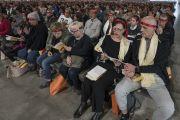 Верующие слушают Его Святейшество Далай-ламу во время посвящения Авалокитешвары, надев ритуальные повязки. Милан, Италия. 22 октября 2016 г. Фото: Тензин Чойджор (офис ЕСДЛ)