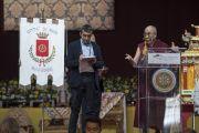 Его Святейшество Далай-лама выступает с публичной лекцией о светской этике в конференц-зале выставочного центра «Rho Fiera Milano». Милан, Италия. 22 октября 2016 г. Фото: Тензин Чойджор (офис ЕСДЛ)