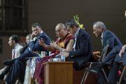 Его Святейшество Далай-лама отвечает на вопросы слушателей во время публичной лекции о светской этике. Милан, Италия. 22 октября 2016 г. Фото: Тензин Чойджор (офис ЕСДЛ)