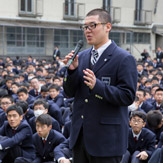 В Осаке Далай-лама посетил старшую школу Сейфу и дал два интервью журналистам