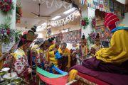Монахи, облачившиеся в традиционные одеяния, проводят ритуалы в ходе церемонии подношения Его Святейшеству Далай-ламе молебна о долгой жизни в главном тибетском храме. Дхарамсала, Индия. 2 ноября 2016 г. Фото: Тензин Чойджор (офис ЕСДЛ)