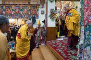 Его Святейшество Далай-лама приветствует старших монахов и членов тибетских сообществ Пенпо и Пемако, организовавших церемонию подношения молебна о долгой жизни в главном тибетском храме. Дхарамсала, Индия. 2 ноября 2016 г. Фото: Тензин Чойджор (офис ЕСДЛ)