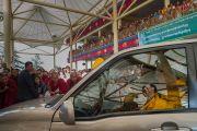 Его Святейшество Далай-лама машет рукой своим почитателям по завершении церемонии подношения молебна о долгой жизни. Дхарамсала, Индия. 2 ноября 2016 г. Фото: Тензин Чойджор (офис ЕСДЛ)