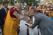 Его Святейшество Далай-лама приветствует юного тибетца по прибытии на площадь перед главным тибетским храмом. Дхарамсала, Индия. 2 ноября 2016 г. Фото: Тензин Чойджор (офис ЕСДЛ)