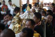 Тибетцы из тибетских сообществ Пенпо и Пемако совершают традиционные подношения во время молебна о долгой жизни Его Святейшества Далай-ламы. Дхарамсала, Индия. 2 ноября 2016 г. Фото: Тензин Чойджор (офис ЕСДЛ)