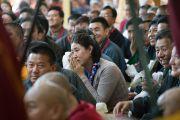 Верующие во время церемонии подношения Его Святейшеству Далай-ламе молебна о долгой жизни в главном тибетском храме. Дхарамсала, Индия. 2 ноября 2016 г. Фото: Тензин Чойджор (офис ЕСДЛ)