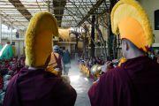 Громогласными звуками ритуальных труб-дунченов тибетские монахи возвещают о прибытии Его Святейшества Далай-ламы в главный тибетский храм на церемонию подношения молебна о долгой жизни, организованную тибетскими сообществами Пенпо и Пемако. Дхарамсала, Индия. 2 ноября 2016 г. Фото: Тензин Чойджор (офис ЕСДЛ)