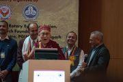 Его Святейшество Далай-лама в традиционной шапочке «химачали топи» выступает с обращением к участникам 26-й ежегодной конференции индийского общества по лечению глаукомы. Палампур, штат Химачал-Прадеш, Индия. 5 ноября 2016 г. Фото: Тензин Чойджор (офис ЕСДЛ)