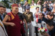 Его Святейшество Далай-лама в традиционной шапочке «химачали топи» шутливо общается со своими почитателями по завершении 26-й ежегодной конференции индийского общества по лечению глаукомы. Палампур, штат Химачал-Прадеш, Индия. 5 ноября 2016 г. Фото: Тензин Чойджор (офис ЕСДЛ)