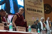 Его Святейшество Далай-лама и другие члены президиума в начале 26-й ежегодной конференции индийского общества по лечению глаукомы. Палампур, штат Химачал-Прадеш, Индия. 5 ноября 2016 г. Фото: Тензин Чойджор (офис ЕСДЛ)