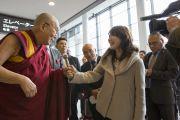 Его Святейшество Далай-лама дает интервью местным журналистам по прибытии в аэропорт Нарита. Нарита, Япония. 8 ноября 2016 г. Фото: Джигме Чопхел