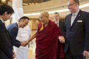 Его Святейшество Далай-лама приветствует сотрудников отеля в Нарите. Нарита, Япония. 8 ноября 2016 г. Фото: Джигме Чопхел