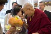 Его Святейшество Далай-лама ласково приветствует ребенка по прибытии в свой отель в Нарите. Нарита, Япония. 8 ноября 2016 г. Фото: Джигме Чопхел