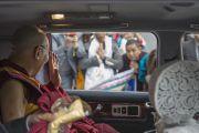 Его Святейшество Далай-лама машет рукой своим почитателям, отправляясь из аэропорта Нарита в отель. Нарита, Япония. 8 ноября 2016 г. Фото: Джигме Чопхел