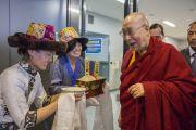 Тибетцы из местного тибетского сообщества подносят Его Святейшеству Далай-ламе традиционное приветствие по прибытии в аэропорт Нарита. Нарита, Япония. 8 ноября 2016 г. Фото: Джигме Чопхел