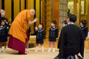 Его Святейшество Далай-лама благодарит детей, выступивших с традиционным приветствием по его прибытии в храм Хигаси Хонгандзи. Киото, Япония. 9 ноября 2016 г. Фото: Джигме Чопхел