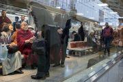 Его Святейшество Далай-лама приветствует своих почитателей, ожидая отбытия на поезде в Киото. Токио,  Япония. 9 ноября 2016 г. Фото: Джигме Чопхел