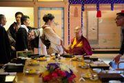 Его Святейшество Далай-лама приветствует гостей, прибывших на обед в храм Хигаси Хонгандзи. Киото, Япония. 9 ноября 2016 г. Фото: Джигме Чопхел