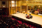 Его Святейшество Далай-лама выступает с публичной лекцией в храме Хигаси Хонгандзи, в котором собралось более 500 слушателей. Киото, Япония. 9 ноября 2016 г. Фото: Джигме Чопхел