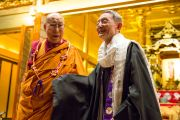 Его Святейшество Далай-лама и главный монах Отани Тёдзюн по завершении публичной лекции в храме Хигаси Хонгандзи. Киото, Япония. 9 ноября 2016 г. Фото: Джигме Чопхел