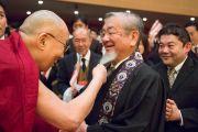 Его Святейшество Далай-лама шутливо приветствует одного из слушателей по прибытии в храм Хигаси Хонгандзи. Киото, Япония. 9 ноября 2016 г. Фото: Джигме Чопхел
