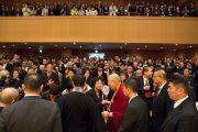 Его Святейшество Далай-лама общается со слушателями по завершении публичной лекции в храме Хигаси Хонгандзи. Киото, Япония. 9 ноября 2016 г. Фото: Джигме Чопхел