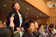 Одна из слушательниц задает вопрос Его Святейшеству Далай-ламе во время публичной лекции в храме Хигаси Хонгандзи. Киото, Япония. 9 ноября 2016 г. Фото: Джигме Чопхел