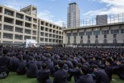 Вид на стадион старшей школы «Сейфу», где собрались более 3 000 учеников, чтобы послушать Его Святейшество Далай-ламу. Осака, Япония. 10 ноября 2016 г. Фото: Джигме Чопхел