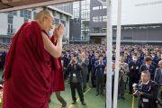 Перед началом своей лекции Его Святейшество Далай-лама приветствует более 3 000 учеников старшей школы «Сейфу». Осака, Япония. 10 ноября 2016 г. Фото: Джигме Чопхел
