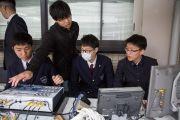 Ученики записывают на видео лекцию Его Святейшества Далай-ламы в старшей школе «Сейфу». Осака, Япония. 10 ноября 2016 г. Фото: Джигме Чопхел