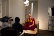 Морита Акира берет у Его Святейшества Далай-ламы интервью для телеканала TBS News. Осака, Япония. 10 ноября 2016 г. Фото: Джигме Чопхел