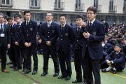 Ученики старшей школы «Сейфу» выстроились в очередь к микрофону, чтобы задать вопросы Его Святейшеству Далай-ламе. Осака, Япония. 10 ноября 2016 г. Фото: Джигме Чопхел