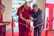 Его Святейшество Далай-лама и директор Хираока Хиденобу разрезают красную ленточку на открытии новой аудитории в старшей школе «Сейфу». Осака, Япония. 10 ноября 2016 г. Фото: Джигме Чопхел