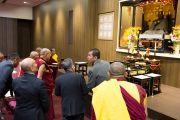 Его Святейшество Далай-лама осматривает зал для медитаций в старшей школе «Сейфу». Осака, Япония. 10 ноября 2016 г. Фото: Джигме Чопхел
