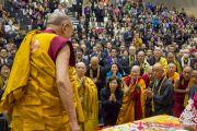 Его Святейшество Далай-лама прощается с аудиторией в конце учений в старшей школе «Сейфу». Осака, Япония. 13 ноября 2016 г. Фото: Джигме Чопхел