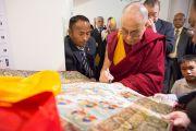 Его Святейшество Далай-лама оставляет автограф на тибетской танке. Осака, Япония. 13 ноября 2016 г. Фото: Джигме Чопхел