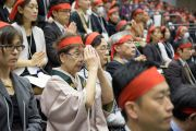 Участники учений, принимающие посвящение от Его Святейшества Далай-ламы, с символическими повязками на глаза. Осака, Япония. 13 ноября 2016 г. Фото: Джигме Чопхел