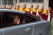 Его Святейшество Далай-лама машет на прощание рукой, уезжая из старшей школы «Сейфу». Осака, Япония. 13 ноября 2016 г. Фото: Джигме Чопхел