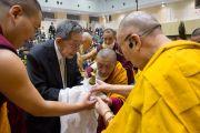 Руководитель школы «Сейфу» делает традиционное подношение Его Святейшеству Далай-ламе в начале третьего дня учений. Осака, Япония. 13 ноября 2016 г. Фото: Джигме Чопхел