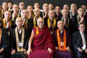 Его Святейшество Далай-лама фотографируется на память с японскими монахами, принимавшими участие в подготовке и проведении его учений в старшей школе «Сейфу». Осака, Япония. 13 ноября 2016 г. Фото: Джигме Чопхел