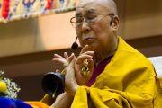 Его Святейшество Далай-лама выполняет предварительные ритуалы перед дарованием посвящения исполняющей желания Зеленой Тары. Осака, Япония. 13 ноября 2016 г. Фото: Джигме Чопхел