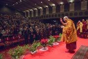 Его Святейшество Далай-лама машет слушателям рукой на прощание по завершении посвящения Ачалы. Коясан, Япония. 14 ноября 2016 г. Фото: Джигме Чопхел